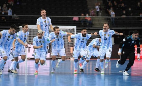 تصاویری از جشن پیروزی تیم ملی آرژانتین، صعود با عکس مارادونا